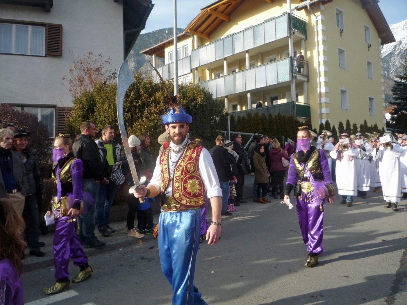 Der fesche Kalif führt die Scheich-Musikkapelle an!