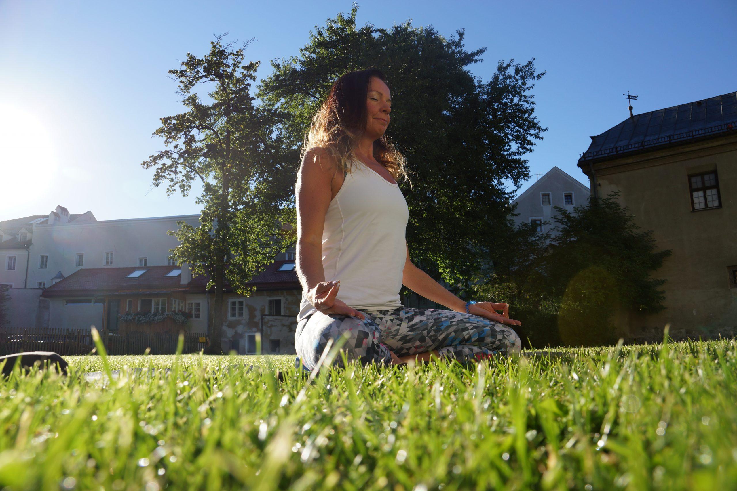 Yoga zwischen Schwalben und alten Burggemäuern